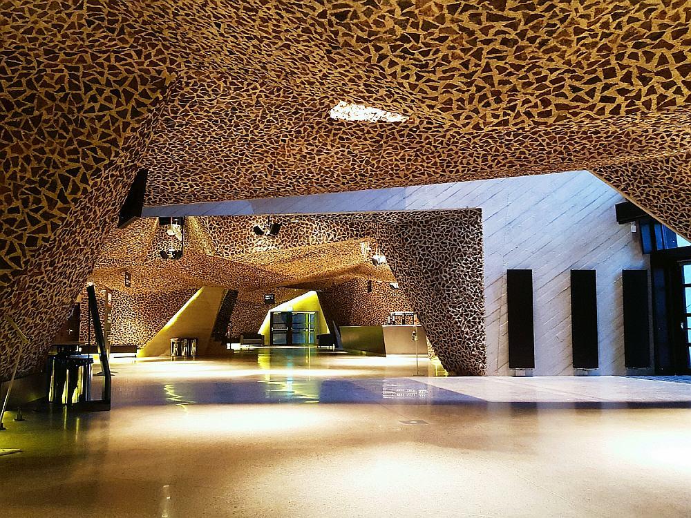 CKK Jordanki - Widok na sufit Picado w holu wejściowym łączącym wszystkie budynki sali koncertowej.
