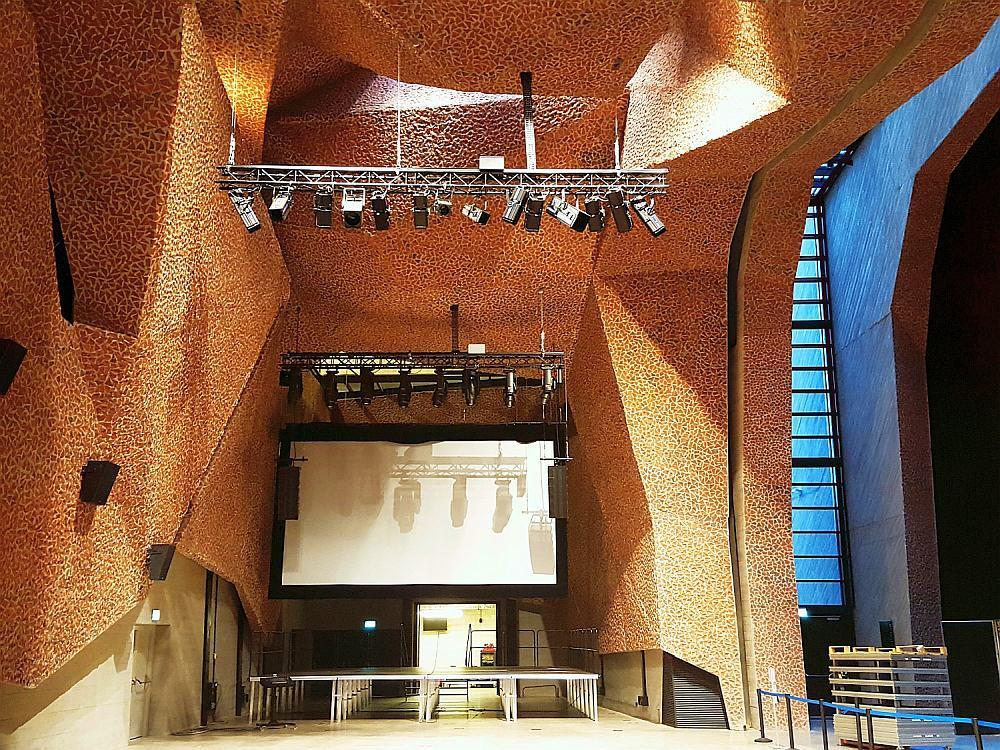 CKK Jordanki - Widok z poziomu parteru na sufit Picado budynku M2, przy schowanej w kieszeni kurtynie akustycznej.